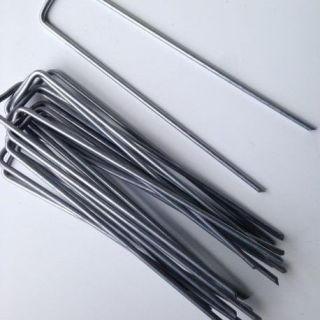 Les agrafes sont petits pics métalliques galvanisés, en forme de U utilisés pour la tenue du gazon synthétique sur la terre