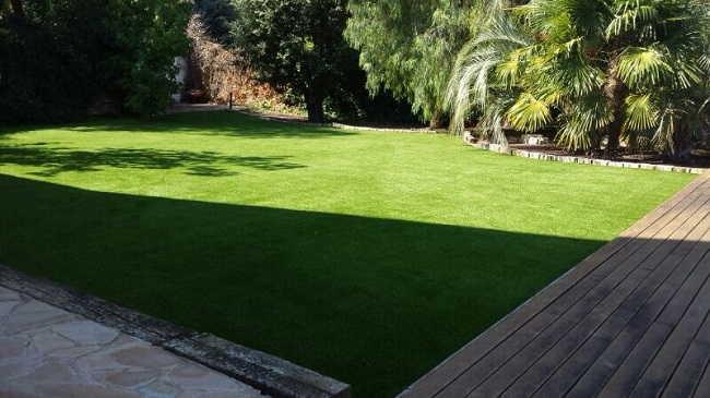 Exemple d'installation de gazon synthetique luxe30 dans jardin