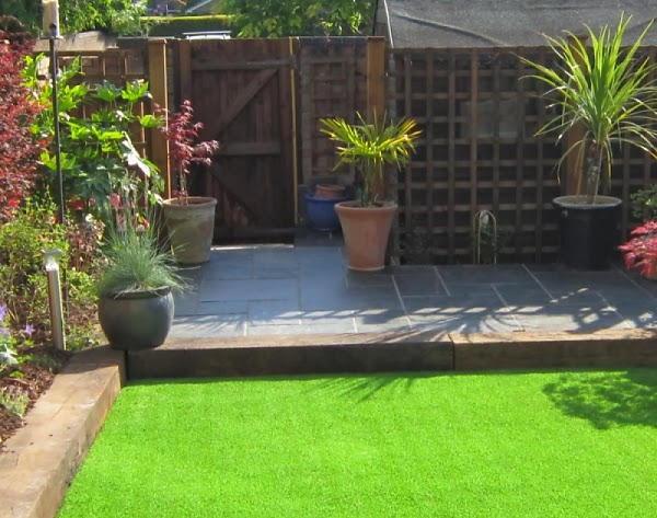 Installation de gazon artificiel dans le petit jardin.