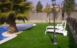 Poser gazon synthétique autour des piscines